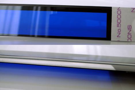 ウィンドウパネルへカラー蒸着フィルムを貼り合わせ(上:貼合面、下;側面)