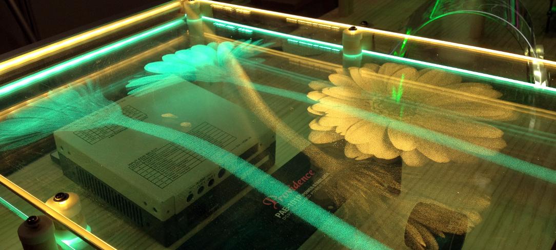 透明導光表示板:黄とグリーンの花の意匠部分が発光中写真